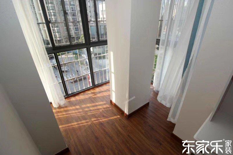 115平米现代简约风格客厅阳台图片
